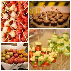 Comidinhas integrais e naturais fazem parte do cardápio do aniversário infantil da Fábrica Festeira #muffinintegral #minipaes #espetosdefrutas #espetos #fabricafesteira #maquinandoideas #festainfantil #comidasaudavel