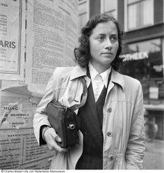 Ingeborg Kahlenberg met verborgen fototoestel in tas (gereconstrueerde opname... na de oorlog), Zo maakte leden van het verzet foto's op een onopvallende manier. Belangrijk om aan de wereld te laten zien hoe het er in bezet Nederland aan toe ging. Amsterdam (eind mei 1945) Maker: fotograaf: Charles Breijer