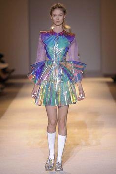 Déferlante de paillettes, looks ultra-travaillés : le phénomène seapunk insp… Moda Fashion, Fashion Week, Runway Fashion, High Fashion, Fashion Show, Fashion Outfits, Womens Fashion, Fashion Trends, Fashion Ideas