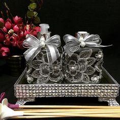 Morrendo de amores por essa bandeja toda no vidrinho. É o kit completo então 😱😱😱😱😱. Lindo de viver. Um luxo em qualquer lavabo. #difusor #difusor #sabonete #HandSoap #renda #prata #bandeja #espelho #vidro #home #decor #decoração #DecorandoComClasse #casa #casamento #wedding #luxo #lindo