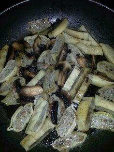 Maultaschen mit Pilzen   Zutaten:  1      Packung Maultaschen, 4-6  Pilze, Salz, Pfeffer, Olivenöl    Zubereitung: Etwas Olivenöl in die Pfanne geben und die Maultaschen in der Zwischenzeit klein schneiden. Die Maultschen in die Pfanne geben und braun anbraten lassen. Die Pilze waschen und ebenfalls klein schneiden. Die Pilze hinzugeben und gut mit Salz und Pfeffer abschmecken. Pork, Meat, Chicken, Salt N Pepper, Browning, Mushrooms, Get Tan, Kale Stir Fry, Pork Chops