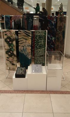 Front Row Society shawls in de Bijenkorf