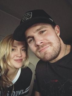 Katie Cassidy and Stephen Amell Stephen Amell Arrow, Arrow Oliver, Oliver And Laurel, True Tv, Dc Comics, Arrow Funny, City Of Heroes, Dinah Laurel Lance, Arrow Cast