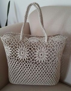 This Pin was discovered by Yas Discover thousands of images about Unfortunately the link is broken for this pin, but those who are good at crochet probably know the stitches used and can make one of their own! Free Crochet Bag, Crochet Tote, Crochet Handbags, Crochet Purses, Crotchet Bags, Knitted Bags, Bag Pattern Free, Tote Pattern, Linen Bag