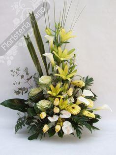 Centro de flores con calas, rosas, lilium.                                                                                                                                                                                 Más