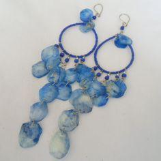 Brinco azul feito com escama. R$ 1,80