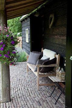 Sfeervol voor in je tuin by susana Outdoor Rooms, Outdoor Gardens, Outdoor Chairs, Outdoor Living, Outdoor Decor, Dream Garden, Home And Garden, Porches, Diy Garden Decor