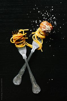 Couple of forks with spaghetti and meatball by Kirsty Begg for Stocksy United baked ball cheese concept couple dinner dinner for two food fork from above grated italian meal meat meatball on black overhead parmesan pasta spaghetti two Spaghetti And Meatballs, Pasta Spaghetti, Beste Brownies, Dark Food Photography, Parmesan Pasta, Food Wallpaper, Le Chef, Menu Design, Food Menu