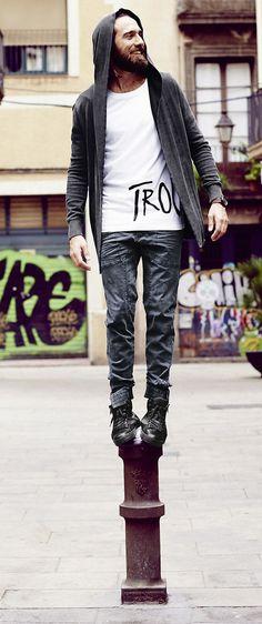 Damit auch die Männerwelt stylisch, locker und modern gekleidet ist, bietet s.Oliver Denim ihnen jede Menge trendige Outfits. Ob Jeans, Shirts, Pullover, Sweatshirts oder Jacken, hier ist auch jetzt im Herbst für jeden Mann das Richtige dabei.