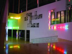 Roman Vitali Proyecto Luz. 2003 Intervención in situ. MALBA. Museo de Arte Latinoamericano de Buenos Aires. Argentina. 80 metros de tubos lumínicos enfundados en tejidos con cuentas acrílicas facetadas encastrables. Luz fría . Dimensiones variables.