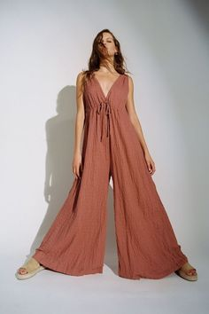 Sleeveless jumpsuit from UO in an easy-breezy wide leg silhouette. Pull-on design topped with a plunging v-neckline and fitted with an adjustable tie accent at the bust. Cute Comfy Outfits, Chic Outfits, Summer Outfits, Summer Clothes, Hippie Chic, Boho Chic, Overall, Urban Outfitters Tops, Jumpsuits For Women
