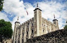 De Tower of London, meestal kortweg de Tower genoemd, is een gebouwencomplex in Londen, gelegen aan de rivier de Theems. In de loop van de eeuwen heeft het dienst gedaan als fort, koninklijk paleis, staatsgevangenis, munt, garnizoen, museum en arsenaal. De nabijgelegen Tower Bridge dankt zijn naam aan dit complex, dat sinds 1988 op de Werelderfgoedlijst van UNESCO staat.