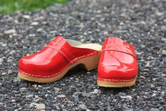 Red, laquer and clogs.what else could one wish for than a suitable outfit :DSkåne Tofflen clogs Wooden Clogs, Sandals Platform, Latest Fashion Clothes, High Heels, Nice, Outfit, Red, Shoes, Woodwind Instrument