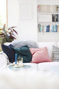 Samtig weich. | #SoLebIch Foto von Mitglied dieartige #Wohnzimmer #livingroom #kissen #cushions #Samt #velvet #pastell
