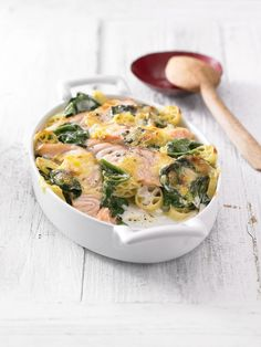 Pasta casserole with spinach and salmon- Nudelauflauf mit Spinat und Lachs Delicious noodle casserole with spinach and salmon - Fish Recipes, Pasta Recipes, Cooking Recipes, Healthy Recipes, Shrimp Recipes, Salmon Recipes, Pasta Casserole, Casserole Recipes, Pasta Bake