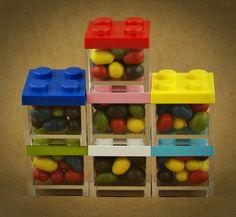 MINI CAIXA LEGO EM PLEXIGLASS | 7 CORES | Caixas em plexiglass empilháveis | UTILIZE ESTAS MINI CAIXAS LEGO COMO LEMBRANÇAS EM FESTAS DE CRIANÇAS. PODE ENCHÊ-LAS DE GOMAS, AMÊNDOAS OU PEQUENOS DOCES | A imagem é apenas ilustrativa. As drageias não estão incluídas | Cores disponíveis: Branco, Amarelo, Rosa, Vermelho, Azul Claro, Azul Escuro, Verde | Medidas: 5 cm de largura x 5 cm de profundidade x 5 cm altura.