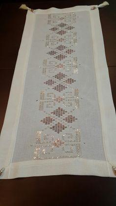 Diseños manta Blackwork, Diy And Crafts, Cross Stitch, Embroidery, Handmade, Design, House, Ideas, Towels