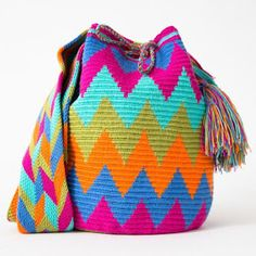 Wayuu Bag Examples and Models-How to Make a Wayuu Bag? The Wayuu Bag Making, Wayuu Bag Pattern and finishing, as well as the Videou in english. Mochila Crochet, Bag Crochet, Crochet Handbags, Crochet Purses, Crochet Chart, Love Crochet, Tapestry Crochet Patterns, Tapestry Bag, Boho Bags