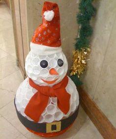 Muñeco de nieve con vasos de plástico reciclados y adorno estrella Navidad con cinta adhesiva