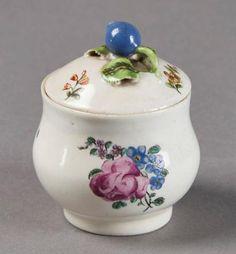 CHANTILLY  Pot à sucre ou à pommade couvert en porcelaine tendre à émail…