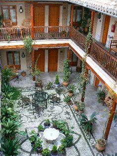 The courtyard of Abadia Hotel! El patio de Abadia Hotel!