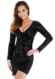 Devancez la mode dans cette petite robe noire courte et étincelez de milles feux grâce à sa matière scintillante qui vous donnera des airs de star. On aime sa coupe moulante à manches longues, son décolleté plongeant et son changement de matière sexy.