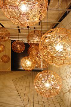 Tom Dixon apresentou uma grande familia de luminárias metálicas.