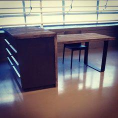 En helt rå #kjøkkenøy med intergrert #1862 bord i #gjenbruksmaterialer  fra 1820. Lages i alle mål. #håndlagetavoss #barefordeg #bærekraftig #kortreist #drivved www.drivved.no #webshop