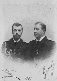 """Czarevich Nicholas da Rússia, mais tarde, czar Nicolau II da Rússia e Príncipe George da Grécia e Dinamarca, primos e netos do Rei Christian IX da Dinamarca. Assinado e datado """"Nicky e Georgie 1893""""."""