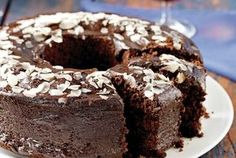 Really easy chocolate cake! Chocolate Bunt Cake, Chocolate Fudge Frosting, Greek Sweets, Greek Desserts, Greek Recipes, Sweets Cake, Cupcake Cakes, Cupcakes, Greek Cake