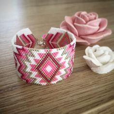 @jenny27150 Ta manchette est prête 🌸#miyuki #miyukibeads #miyukiaddict #jenfiledesperlesetjassume #miyukibracelet #manchettemiyuki #tissage #tissagepeyote Beaded Braclets, Beaded Cuff Bracelet, Beaded Bracelet Patterns, Beading Patterns, Beaded Jewelry, Miyuki Beads, Bijoux Diy, Seed Bead Earrings, Bracelet Tutorial