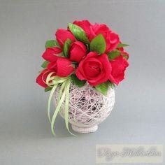 Bellas decoraciones con esferas de hilo - Dale Detalles Candy Flowers, Diy Flowers, Paper Flowers, Crafts To Make, Fun Crafts, Paper Crafts, Chocolate Flowers Bouquet, Candy Arrangements, Candy Bouquet