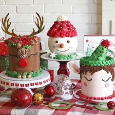 Do you need some inspiration how to decorate Christmas cakes? Cute cakes for Christmas by . Mini Christmas Cakes, Christmas Cupcakes Decoration, Christmas Sweets, Holiday Cakes, Noel Christmas, Christmas Goodies, Christmas Quotes, Holiday Baking, Christmas Baking