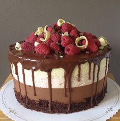 Kolmen moussen kakku - Kakussa browniepohja, suklaamousse,vadelmamousse, jossa mukana kokonaisia vadelmia sekä päällimmäisenä vaniljamousse. Kakku kuorrutettu suklaalla ja koristeltu vadelmilla ja suklaalastuilla - Kiitos Terhi! #mitätahansaleivotkin #leivojakoristele #droetker #kilpailu #kakku #suklaa