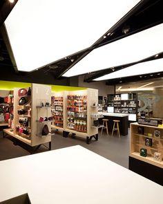 Thailand's premier apple retailer, copperwired, turned to whitespace to hel Design Food, Design Blogs, Shop House Plans, Shop Plans, Retail Store Design, Retail Shop, Visual Merchandising, Décoration New York, Shop Window Displays