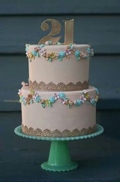 If I could have a cake like this one I definitely would - it's so classy and gorgeous! Love love love it
