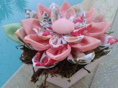 Vaso com flor de tecido. Cachepó em MDF.Ideal para decoração de qualquer ambiente. Excelente para presentear. R$ 34,90