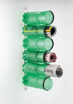 Revisteiro feito de garrafas.