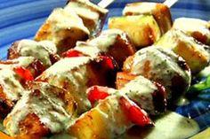 Pinchos vegetarianos. Ingtes: media taza de aceite de oliva, orégano, ajo, sal, paprika, 4 berenjenas grandes, 6 cebollas, 4 calabacines, 2 de cada pimiento (verde, amllo, rojo), 6 apios, patatas, tofu. Coloca palillos en envase con agua a remojar. Lava, hierbe patatas en agua con sal por 4 min. Semiduras. En cuadros, cebolla, berenjena, tofu y pimiento. Pica calabacines y apio. Mezcla orégano, ajo y sal. Orden: patata, cebolla, pimiento v, tofu, apio, berenjena. Luego cambia por pimiento a…