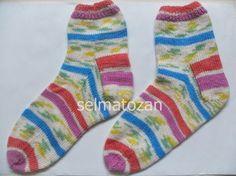 ELİMDEN GELENLER: Beş Şişle Çorap Açıklaması Gerekli malzeme: 1 Yumak bebe yünü veya aynı kalınlıkta yün (benim kullandığım Alize Şekerim Junior 808 no.) 2,5 numara çorap şişi