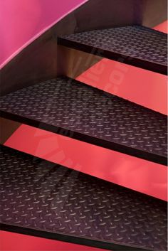 Escalier métallique balancé sur flamme centrale, design et contemporain. Photo DH90 - SPIR'DÉCO® Flamme. Marches caisson Nanoacoustic® + tôle larmée anti-dérapante (exclusivité Escaliers Décors®). Rampe avec option main courante en inox brossé et 2 lisses en acier brut. Garde-corps 5 tubes. Finition : acier brut patiné. - © Photo : Nicolas GRANDMAISON - réalisation Escaliers Décors®.