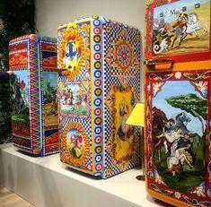 Falando em cores e estampas, que tal as geladeiras pintadas da Dolce & Gabbana?