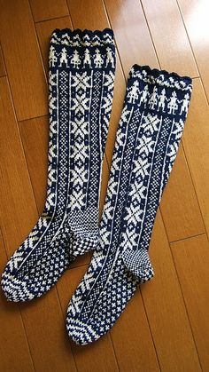 I want these to wear when it's cold outside Fair Isle Knitting, Knitting Socks, Hand Knitting, Crochet Socks Pattern, Knit Crochet, Comfy Socks, Yarn Inspiration, Socks And Heels, How To Start Knitting