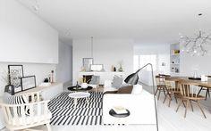 Scandinavisch interieur. Wit, zwart en hout.