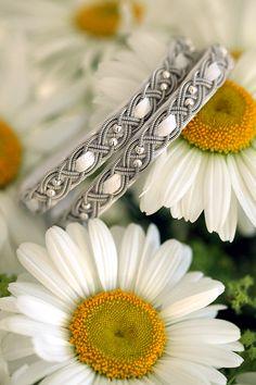 Lindas armband: Vitt tvåvarvsarmband med dubbla silverpärlor och inflätning