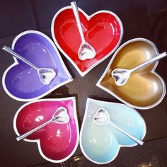 You can never have enough of these hearts - collect them in every color. Made from polished aluminum with a bright colored interior, this bowl is eye-catching and fun. Includes a heart-shaped spoon made from polished aluminum