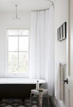 Duschdraperiet har av någon anledning fått en liten styvmoderlig  behandling och fått ge vika för glasdörrar eller ingenting alls. Här är  dock 13 lyckade bevis att ett duschdraperi kan tillföra mycket i ditt  badrum.