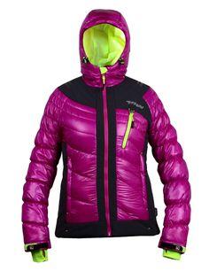 Dámska zimná lyžiarská bunda Tittallon s kapucňou, snežným pásom na zips. Super ľahká zateplená Primaloftom, rukáv ukončený manžetou - suchý zips, reflexné prvky, 3 vonkajšie vrecká a 2 vnútorné vrecká.