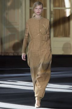 Acne Studios Fall 2016 Ready-to-Wear Collection Photos - Vogue Fall Winter 2016, Winter Fashion 2016, Fashion Week 2016, Winter Mode, Autumn Fashion, Paris Fashion, Runway Fashion, Fashion News, Fashion Show