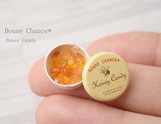 おはようございます☀ . ハチミツキャンディと缶を制作しました . ハートのキャンディも混ざっています . セットに仕上げて OSAKAアート&てづくりバザールに持っていきます . #ミニチュア#ミニチュアフード#ドールハウス #ハチミツ#はちみつ#蜂蜜#蜂 #ハニー#缶#キャンディ #miniature#miniaturefood#dollhouse #honey#candy#てづバ #ぷちぷらむ